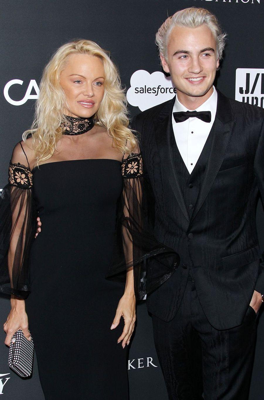 Pamela Anderson et son fils Brandon Leeau gala de la J/P Haitian Relief Organization, la fondation de Sean Penn, à Beverly Hills, le 7 janvier 2017.