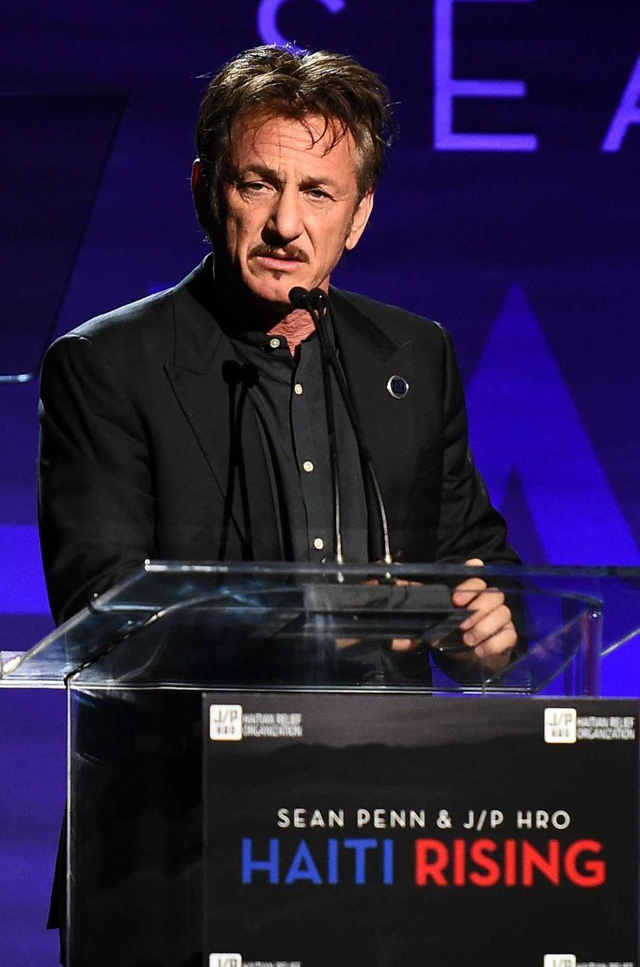 Sean Pennau gala de la J/P Haitian Relief Organization, sa fondation, à Beverly Hills, le 7 janvier 2017.