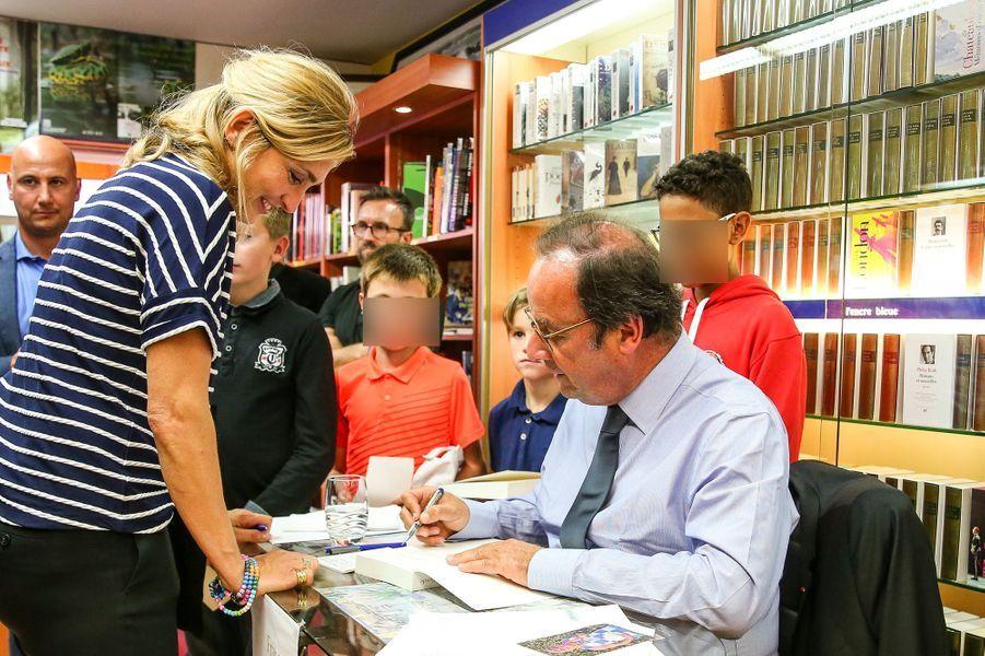 En tournée promotionnelle pour son livre, «Les Leçons du pouvoir», François Hollande était accompagné pour une séance de dédicaces par sa compagne Julie Gayet.