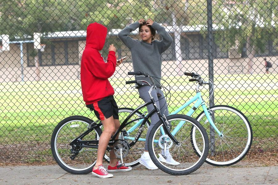 Selena Gomez et Justin Bieber font du vélo dans les rues de Los Angeles, le 1er novembre 2017.