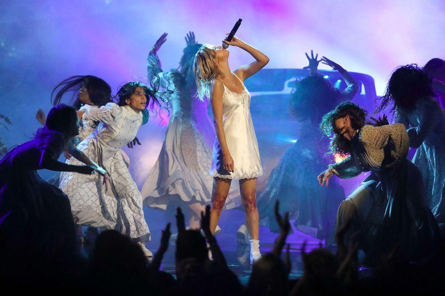 Selena Gomez sur la scène des American Music Awards, dimanche 19 novembre