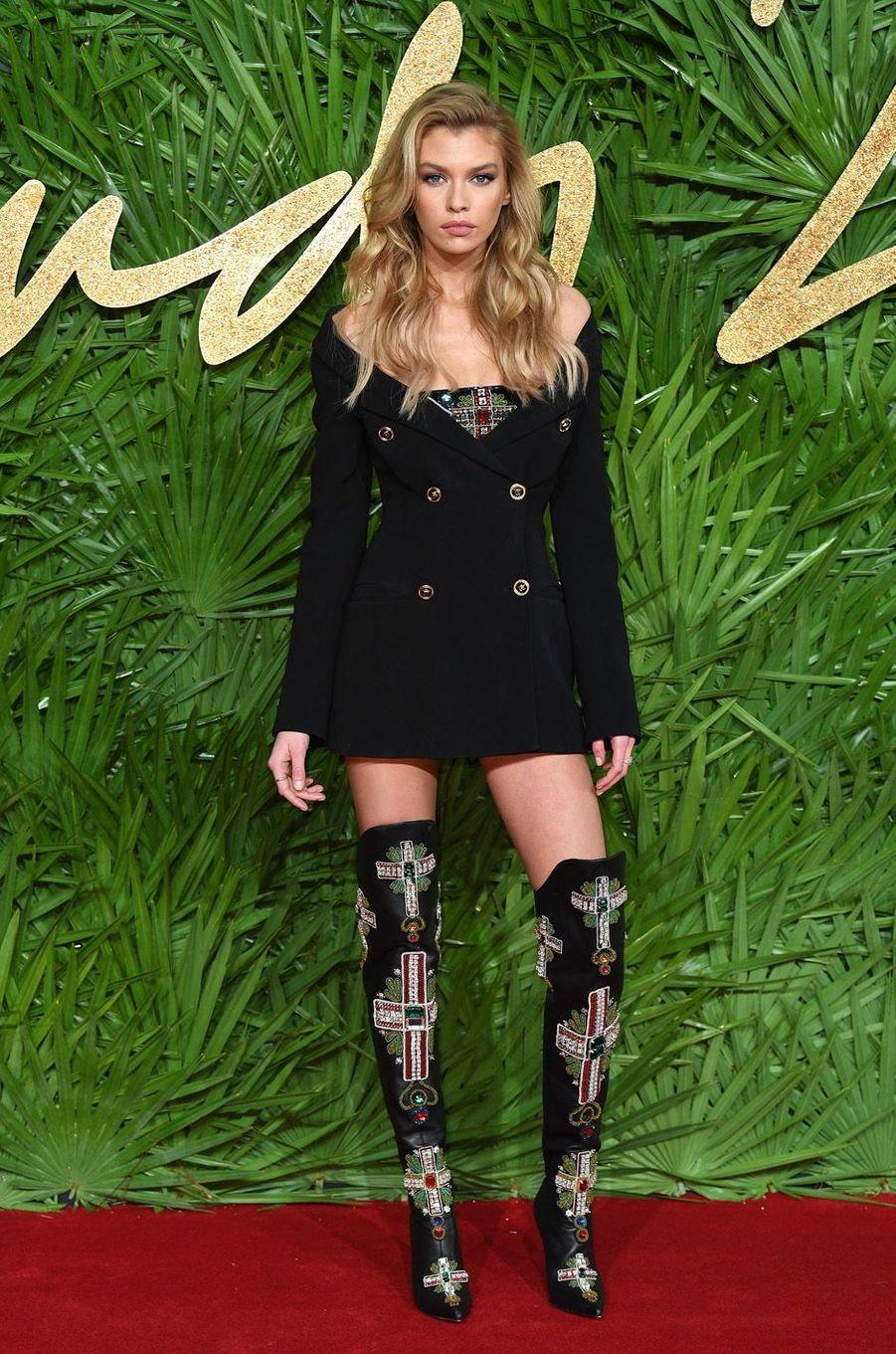 Stella Maxwellaux Fashion Awards, le 4 décembre 2017 à Londres.