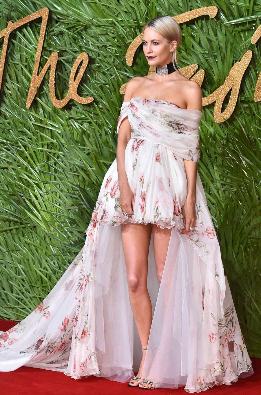 Poppy Delevingneaux Fashion Awards, le 4 décembre 2017 à Londres.