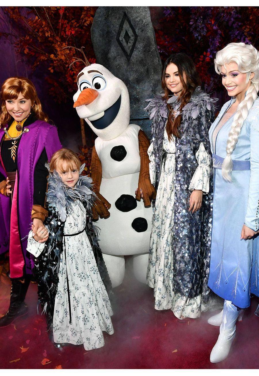 """Selena Gomez et sa petite soeur de 6 ans,Gracie Teefey, lors de la première de """"La Reine des Neiges II"""" à Los Angeles le 7 novembre 2019."""