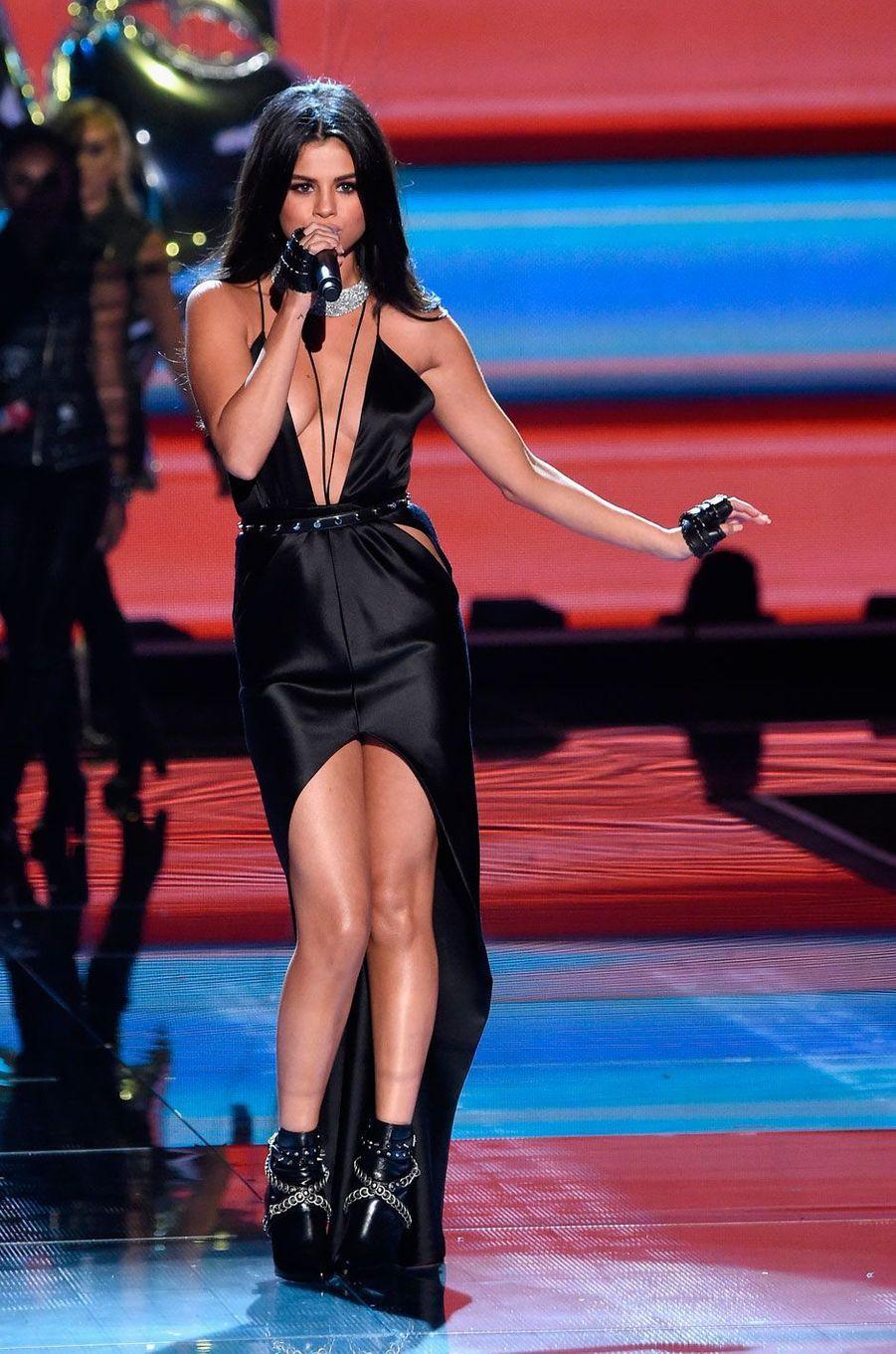 Selena Gomez a chanté lors du défilé Victoria's Secret 2015
