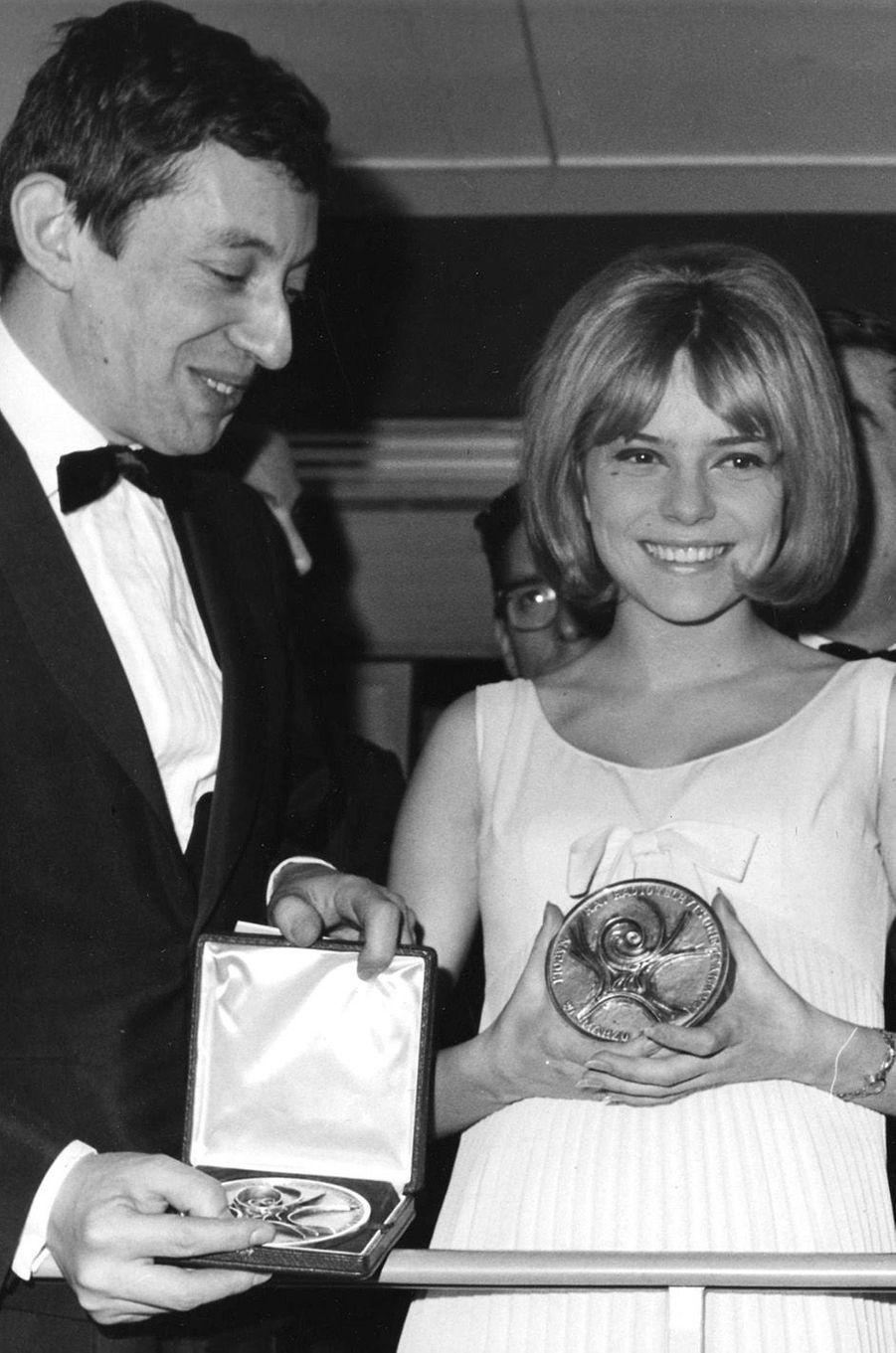 Serge Gainsbourg et France Gall après la victoire à l'Eurovision, en 1965.