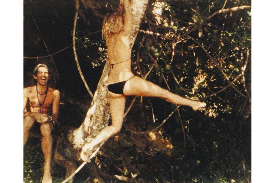 Les mauvais garçons du rock en vacances en Jamaïque, royaume du reggae… et des paradis artificiels. Keith Richards, hilare, tandis que Jo s'accroche au cocotier.