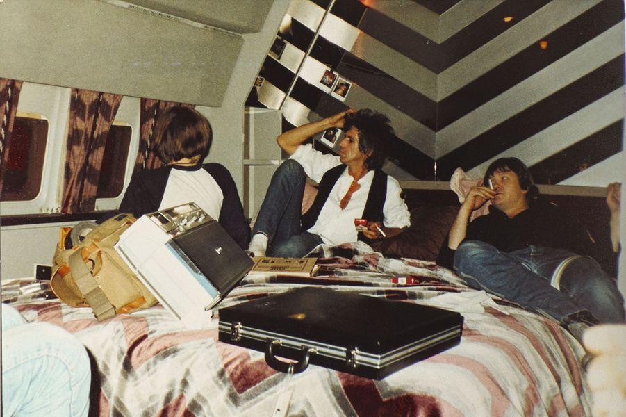 Une époque « planante ». Keith Richards, son fils, Marlon, et Bobby Keys (à dr.), le saxophoniste des Stones, dans la chambre d'un jet privé.