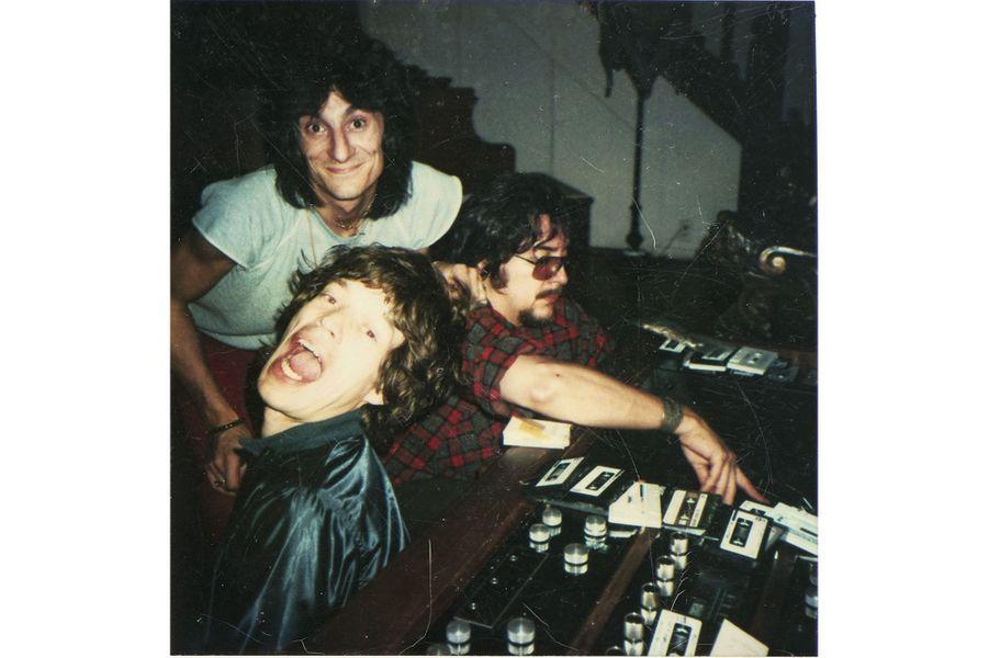 Mick, Ron et le batteur Jim Keltner, dans le salon de la villa des Wood, à Mandeville Canyon, Los Angeles.