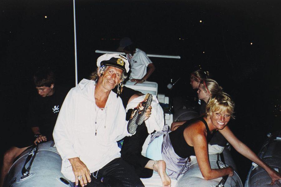 Pirates des Caraïbes. En 1998, sur un yacht dans les Antilles. Ici, Keith Richards et Patti Hansen, sa femme depuis quinze ans.
