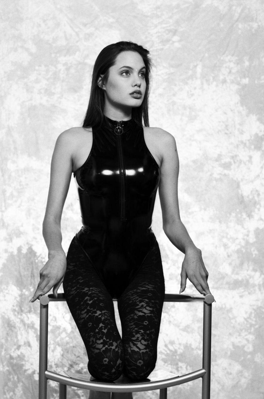 Angelina Jolie lors d'une séance photos en 1991.