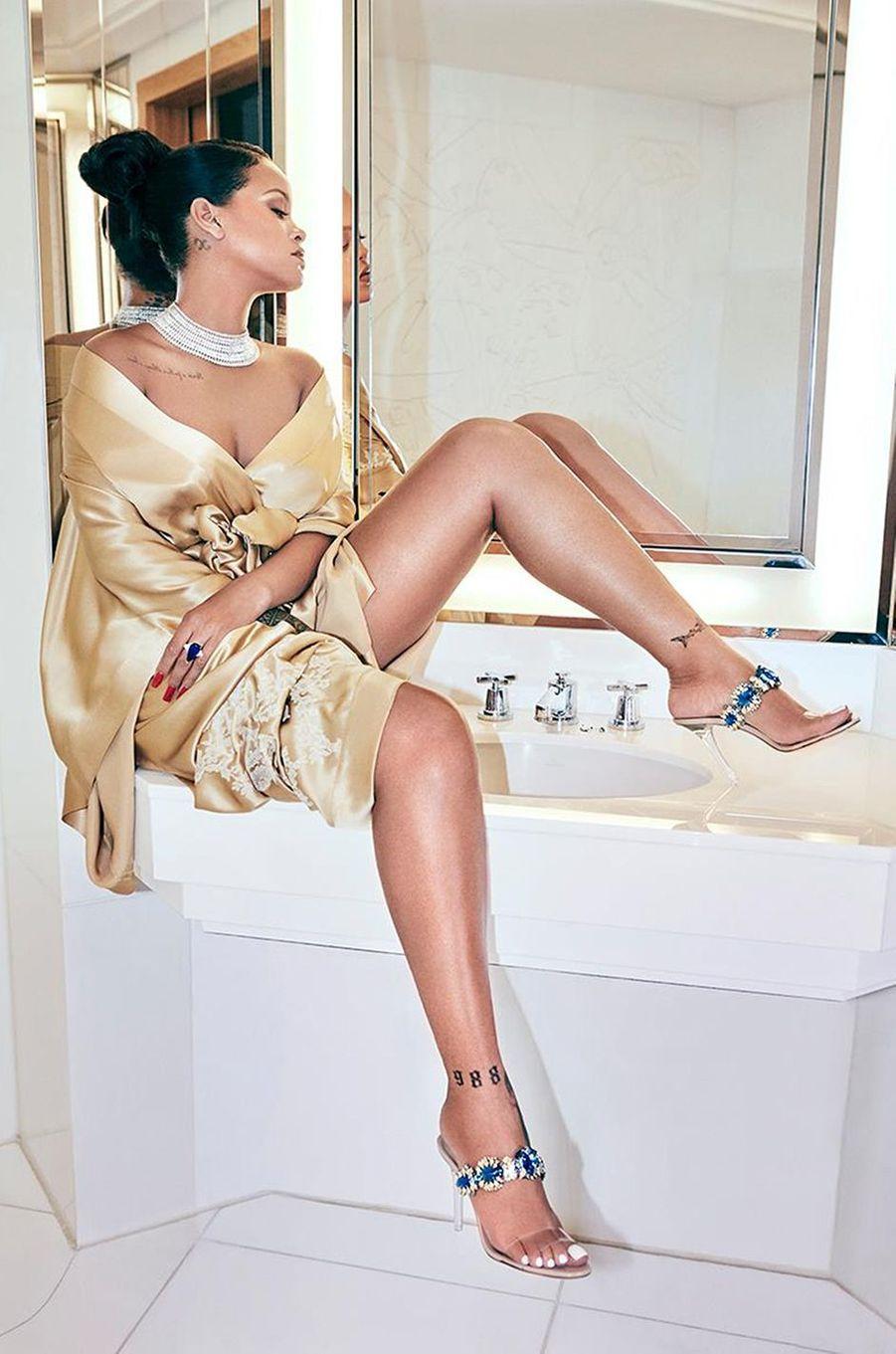 """Rihanna pose pour la collection """"So Stoned"""" de Manolo Blahnik, 2017."""
