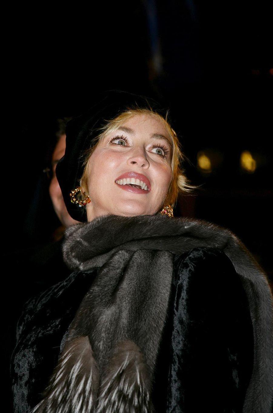 Sharon Stone à l'inauguration de la boutique Nespresso des Champs-Elysées, en décembre 2007.