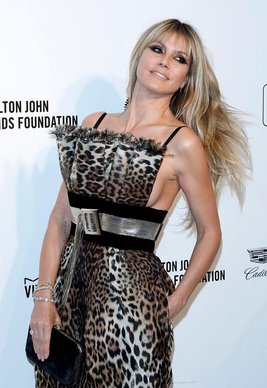 Heidi Klumlorsde la soirée d'Elton John contre le sida à Los Angeles le 9 février 2020.