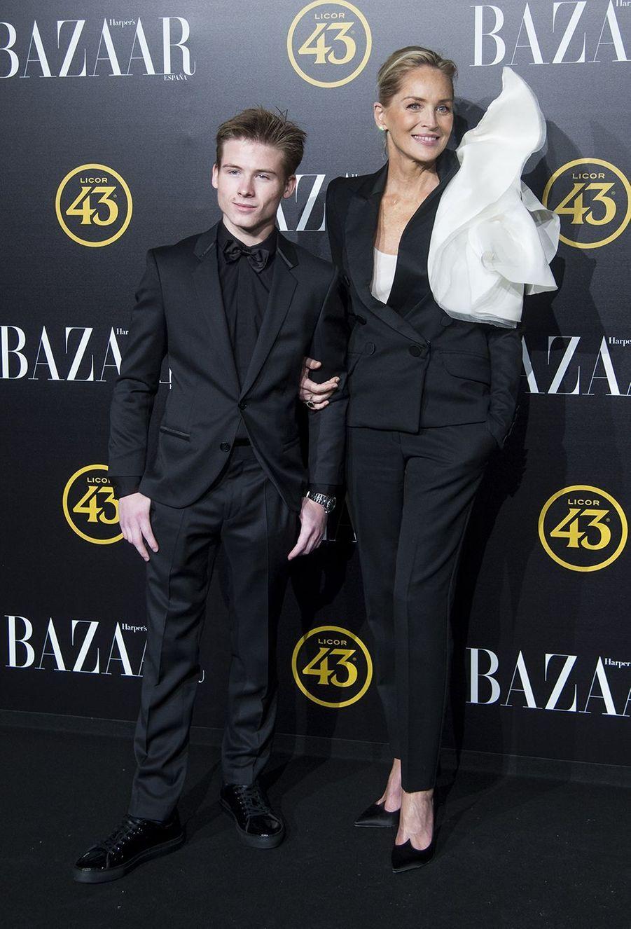 Sharon Stone et son fils Roan Bronstein lors dela soirée Harper Bazaar Attitude 43 Awards à Madrid le 5 novembre 2019.
