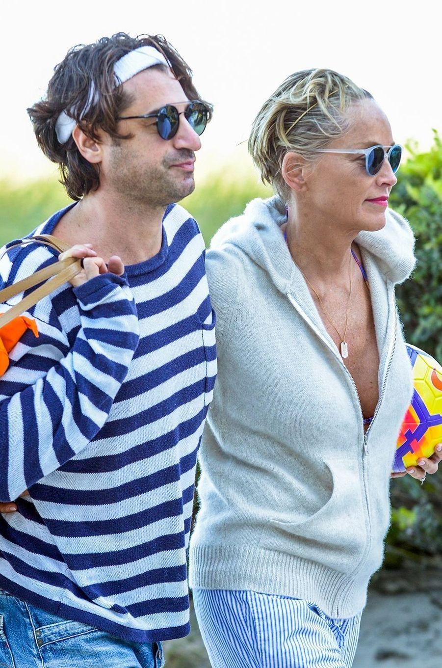 Sharon Stone et son nouveau compagnon, c'est l'amour à la plage.