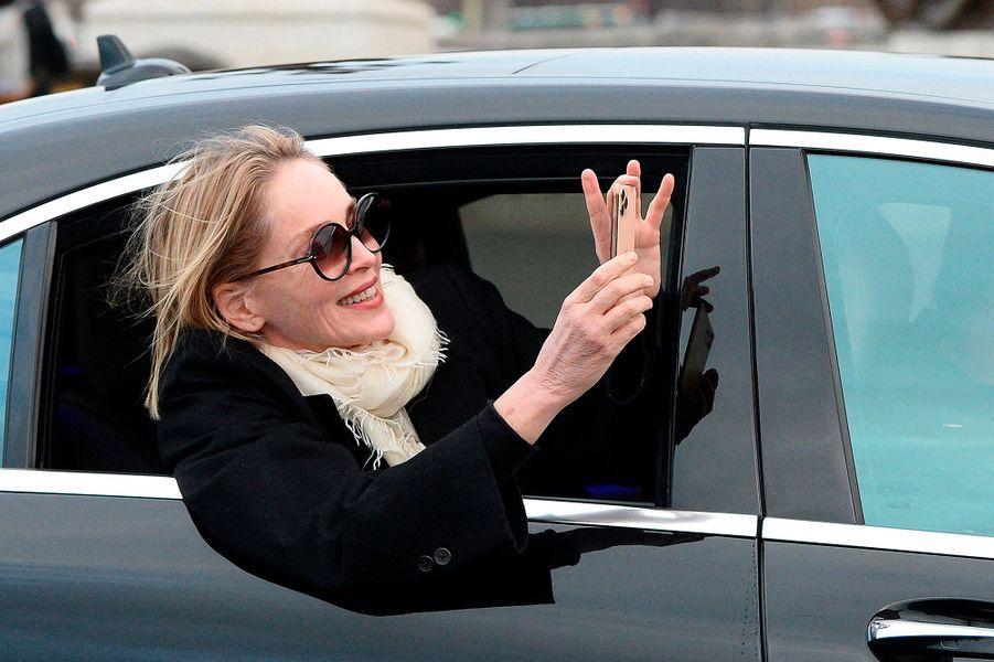 Sharon Stone s'offre une virée shopping chez Saint Laurent, Schiaparelli, et Stephane Rolland le 28 janvier 2020 après avoir déjeunéauCafe Pouchkine.