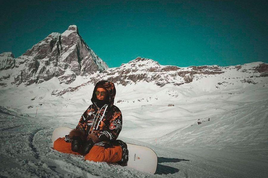 Shy'm en vacances à la montagne pour faire du snowboard