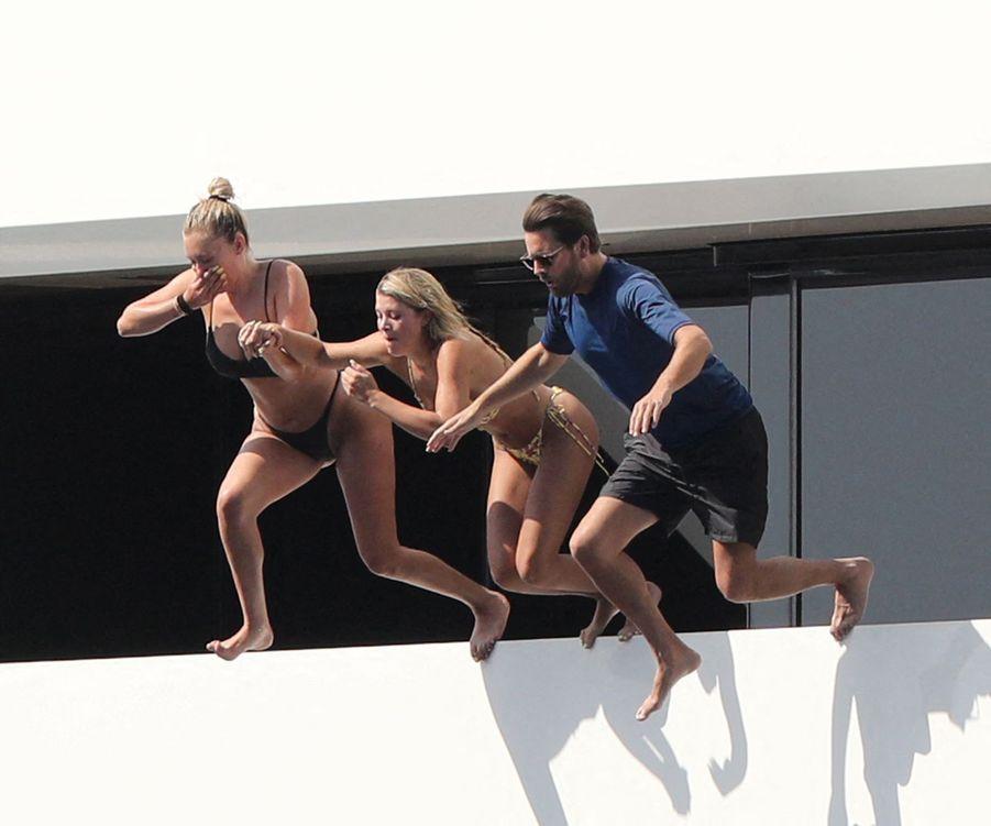 Anastasia Karanikolaou, Sofia Richie et Scott Disicksur le yacht Tranquility à Capri, en Italie, le 8 août 2019