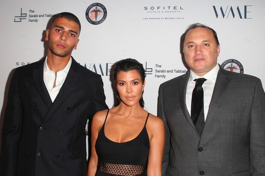 Younes Bendjima etKourtney Kardashian avecAhmad Tarakjià Los Angeles, le 4 mai 2018.