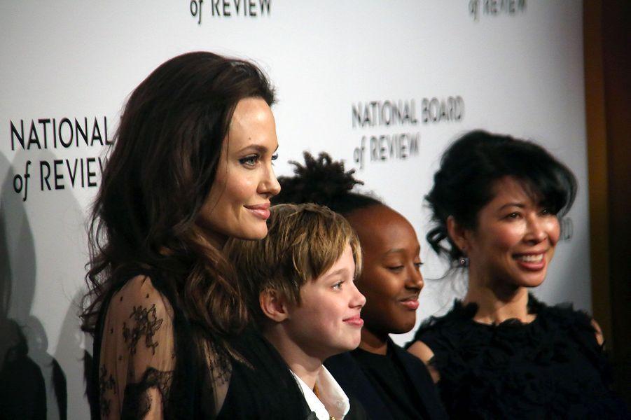 Angelina Jolie, ses filles et l'écrivaine et activisteLoung Ung auxNational Board of Review mardi