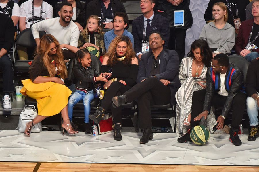 Beyoncé, Blue Ivy, Tina Knowles et Richard Lawson à côté de Sean Combs au NBA All-Star Game