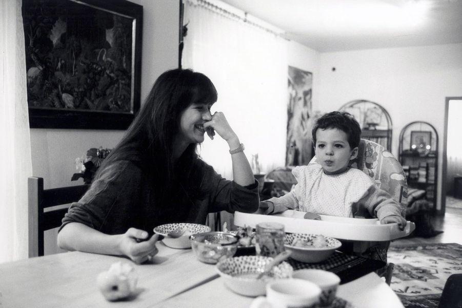 Sophie Marceau avec son fils Vincent à Varsovie, mai 1998.