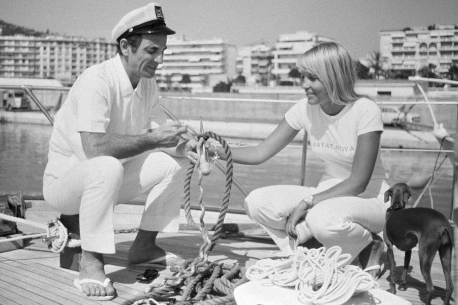 Saint- Tropez, 1966 : Charles Aznavour en compagnie de sa future épouse, Ulia Thorsell.