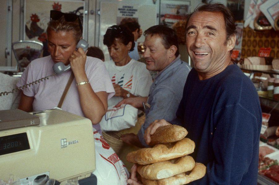 Saint-Tropez, 1985 : l'acteur Claude Brasseur fait ses courses à la supérette.