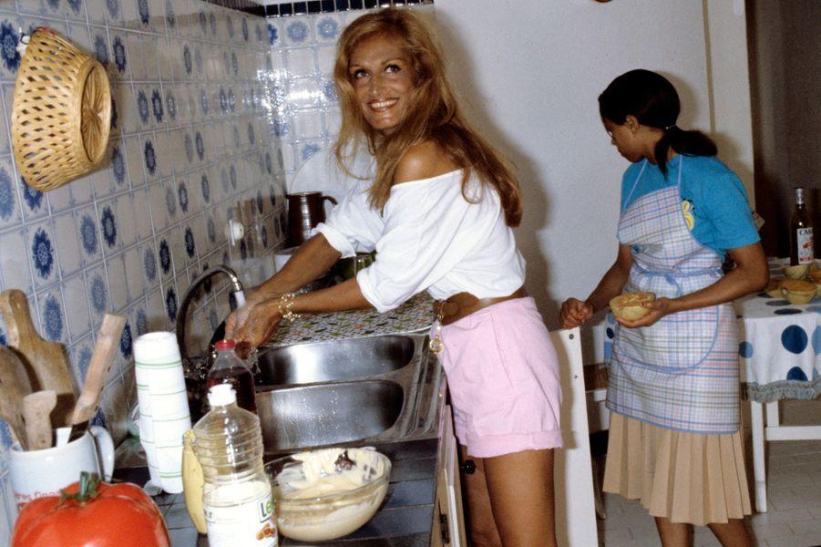 Corse, Porto-Vecchio, 1982 : Dalida (1933-1987) aux fourneaux dans sa maison.