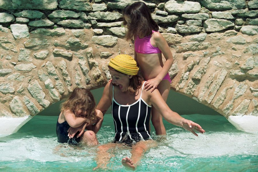 L'animatrice de télévision Daniela Lumbroso se baigne avec ses filles Flora et Lola.