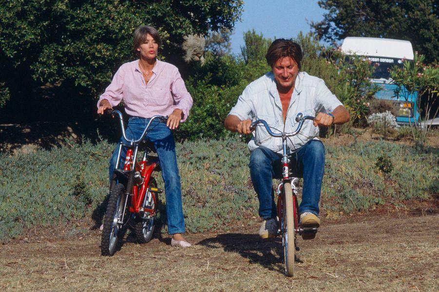 Corse, l'île Rousse, Monticello : Françoise Hardy et Jacques Dutronc à bicyclette dans leur propriété.