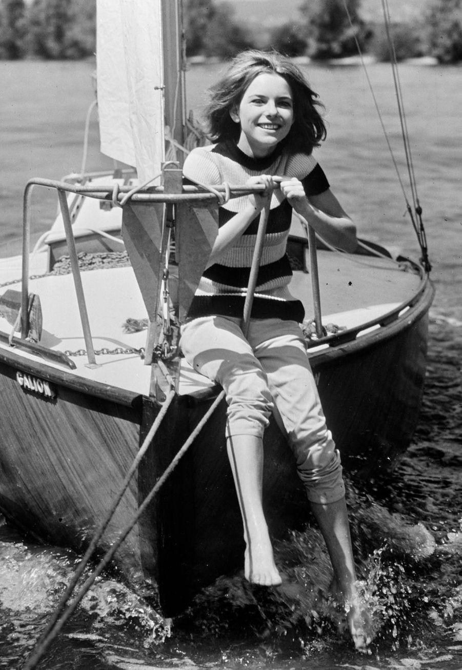 La chanteuse France Gall, 16 ans, profite du soleil sur les flots.