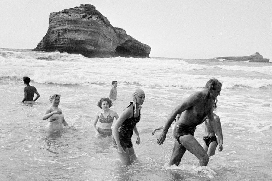 Biarritz, 1953 : l'acteur américain Gary Cooper (1901-1961) sous le regard d'admiratrices.