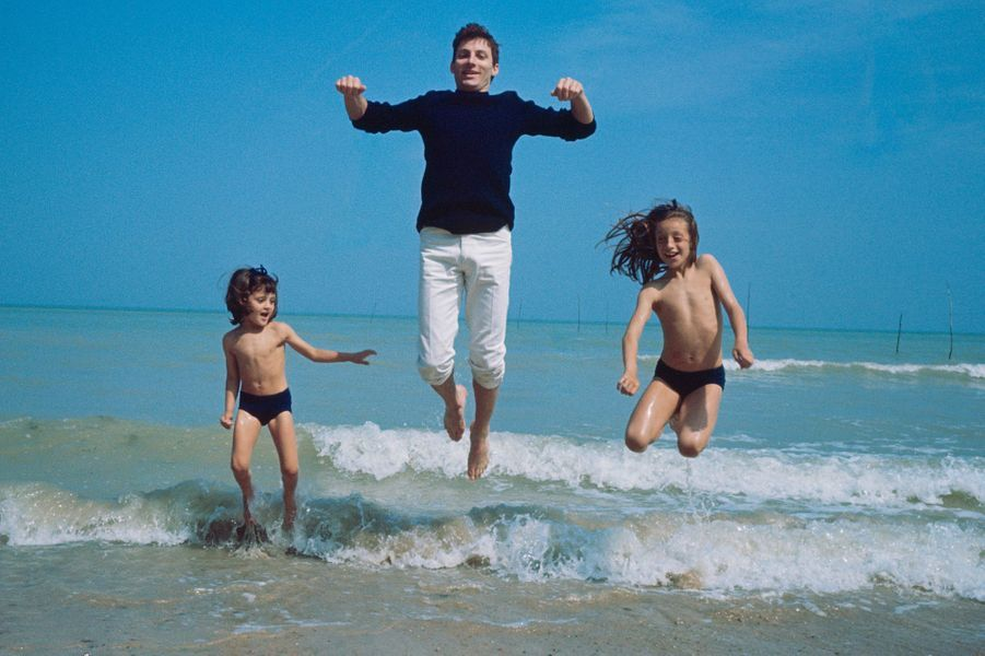 Normandie, dans les années 60 : Hugues Aufray profite de la mer avec ses filles Marie et Charlotte.