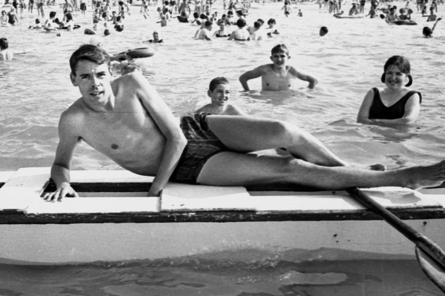 Belgique, Knokke-le-Zout : Jacques Brel (1929-1978) parmi les vacanciers qui se baignent.