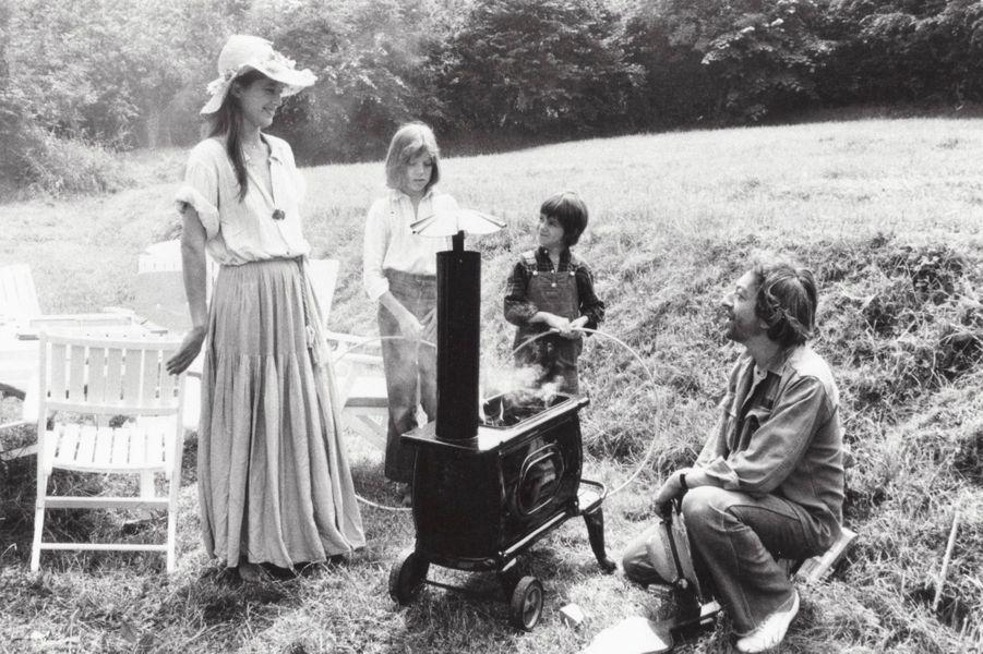 Cresseveuille, 1977 : dans leur maison de campagne normande, Jane Birkin et Serge Gainsbourg, avec Kate Barry et sa demi-soeur Charlotte.