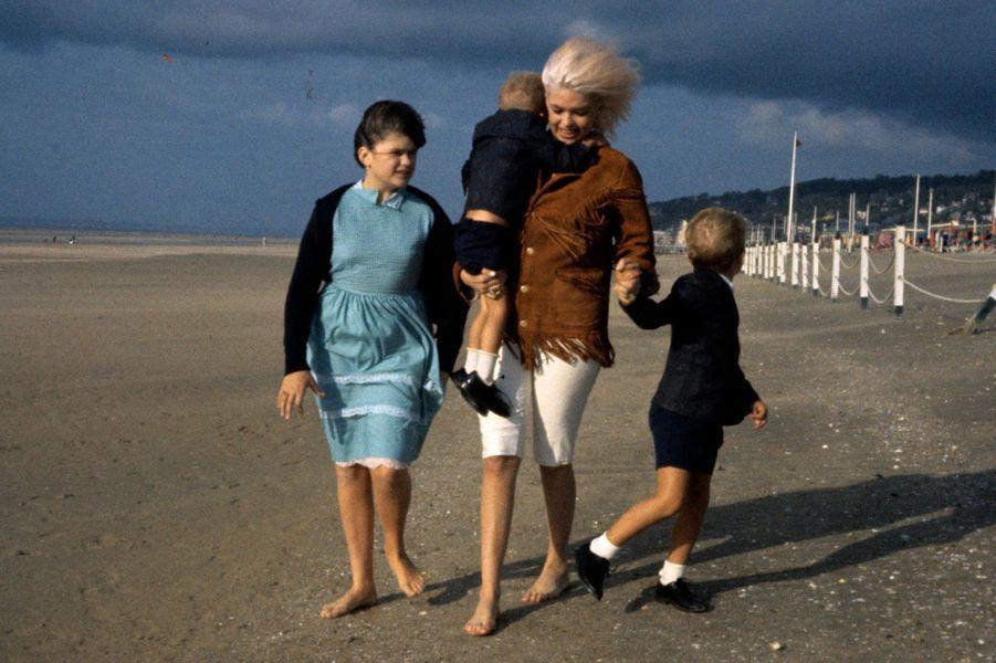 Deauville, 1963 : l'actrice américaine Jayne Mansfield (1933-1967) sur la plage.
