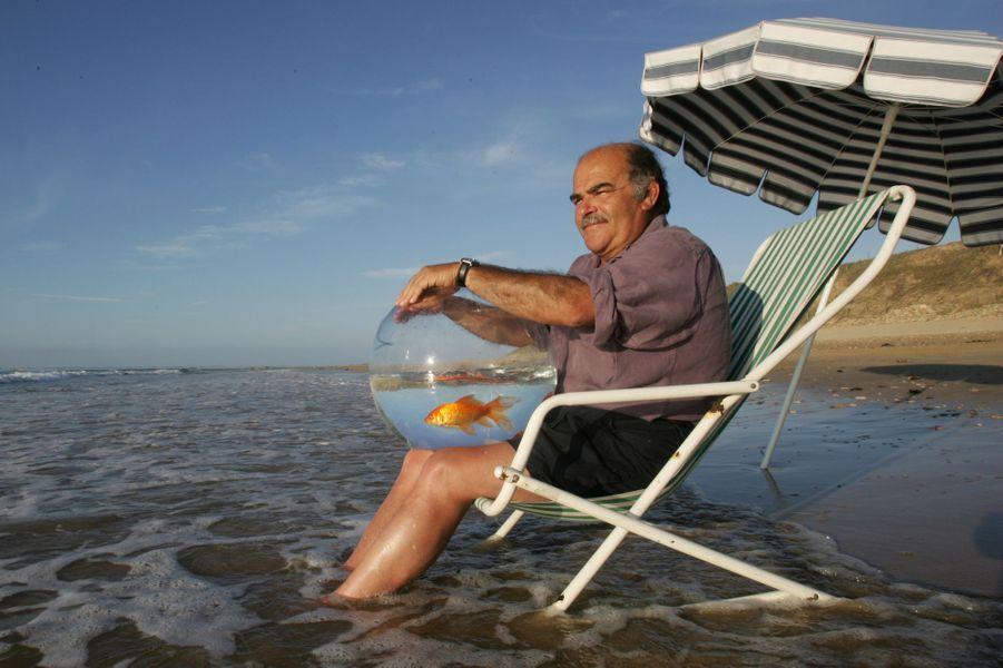 Les Portes-en-Ré, plage du Lizay : l'acteur Jean Benguigui avec son poisson rouge Niki.
