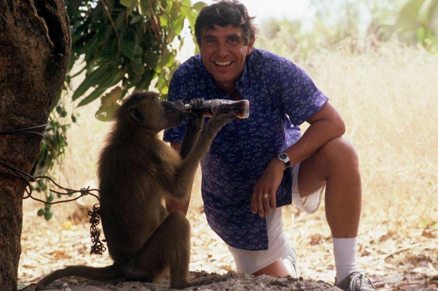 Cap Skirring, Sénégal, 1998 : l'animateur Jean-Pierre Foucault et un babouin au Club Med'.
