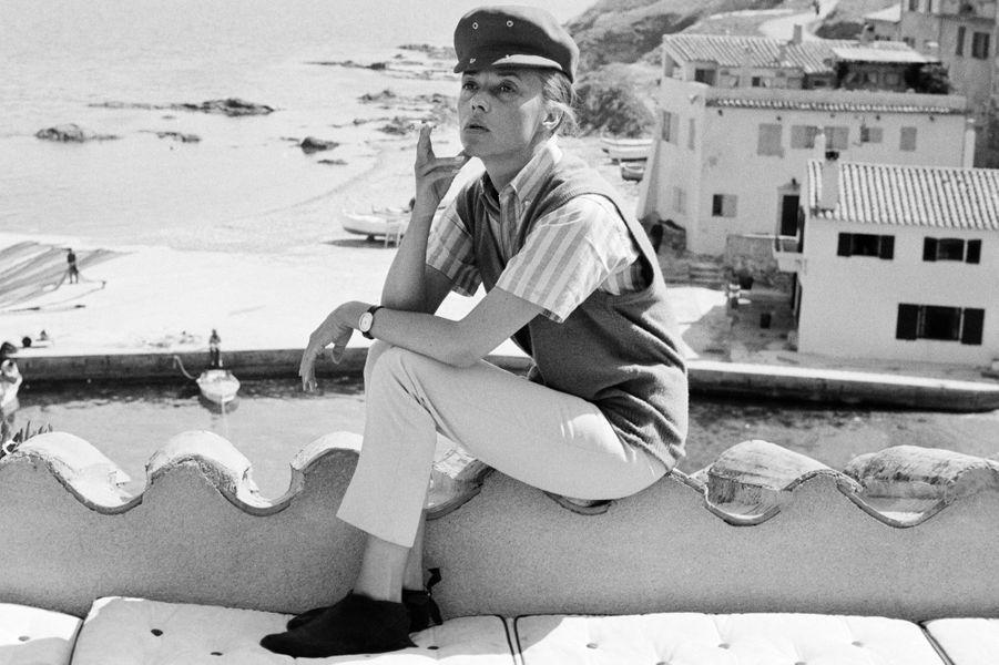 """Saint-Tropez, 1962 : Jeanne Moreau alors qu'elle incarnait Catherine, l'héroïne du film """"Jules et Jim"""", de François Truffaut."""