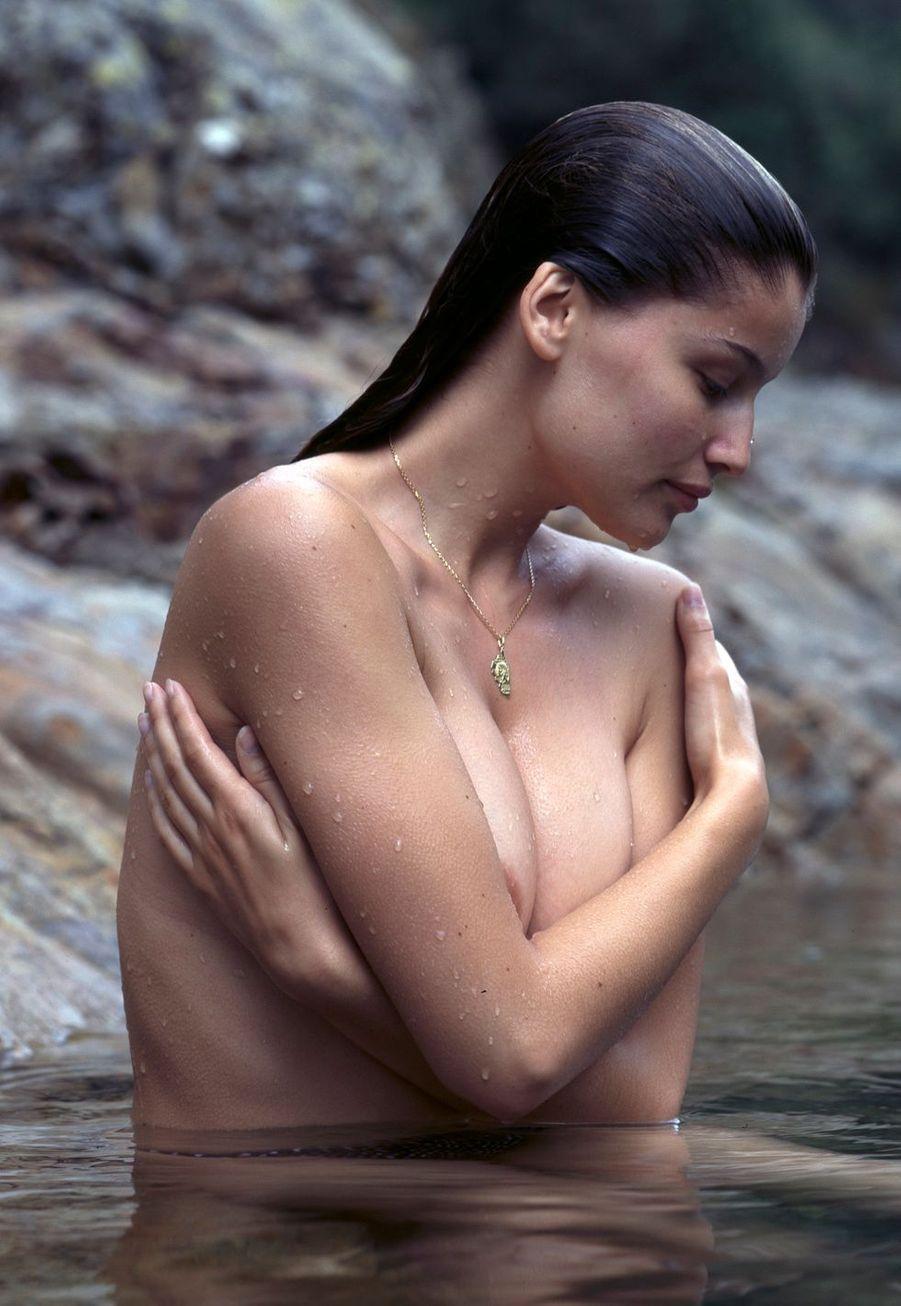 Corse, 1997 : Laeticia Casta cache ses seins nus.