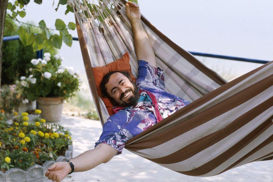 Italie, Pesaro : le chanteur d'opéra Luciano Pavarotti (1935-2007) retrouve son hamac dans sa maison de vacances.