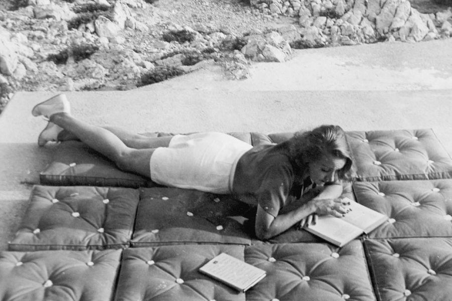 Cap d'Antibes, hôtel Eden Roc : l'actrice Marlène Dietrich (1901-1992) au bord de la piscine.