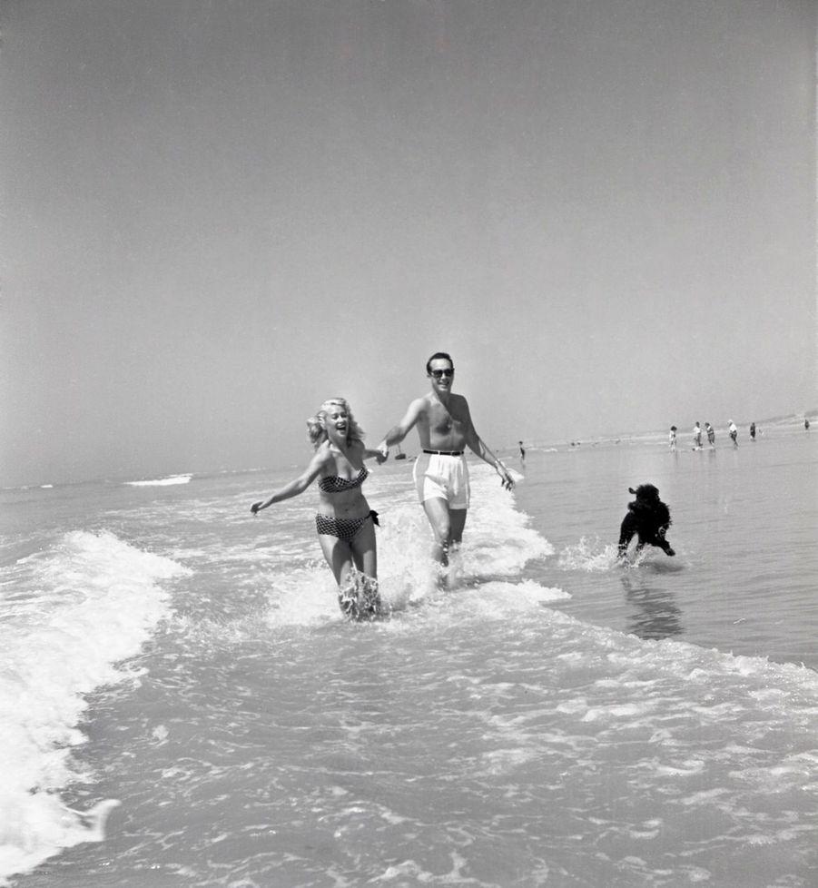 Le Touquet, 1950 : l'actrice Martine Carol et son mari Steve Crane prennent un premier bain de mer.