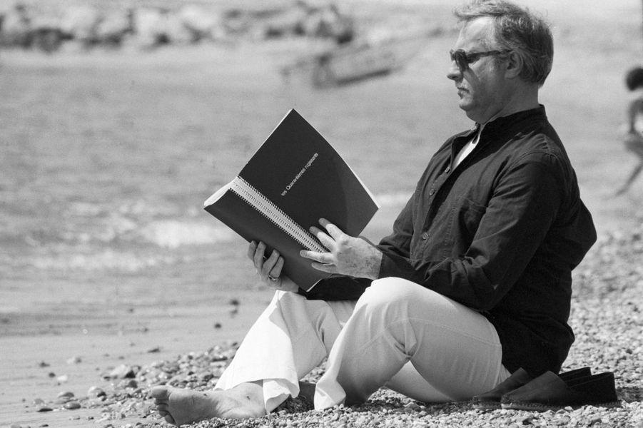 """Hyères (Var), 1981 : Michel Serrault (1928-2007) lit le scénario de son prochain film, """"Les quarantièmes rugissants""""."""