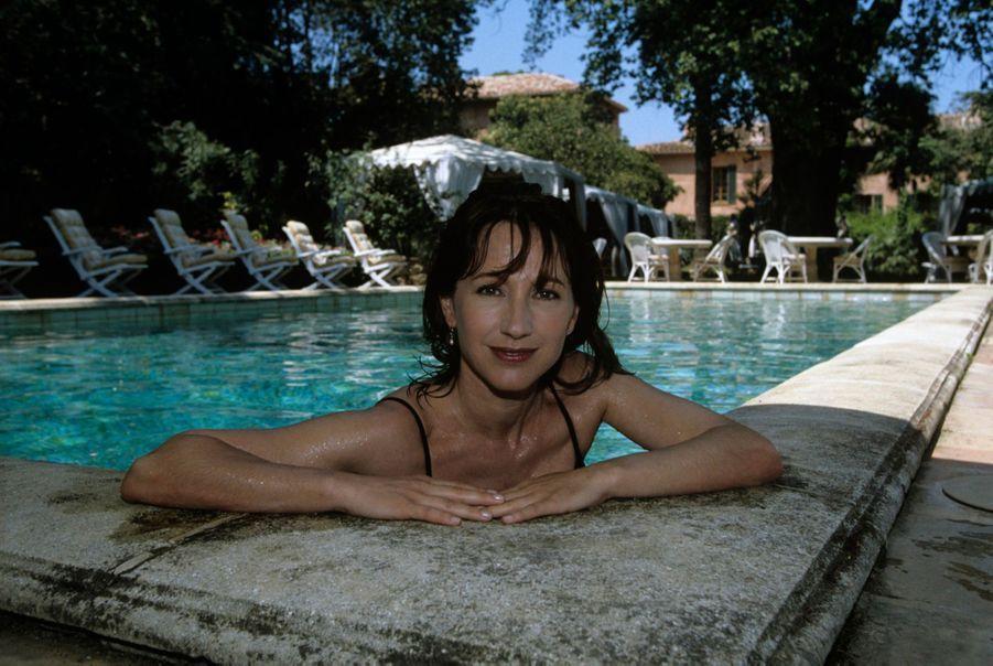Côte d'Azur, Gassin, 1991 : Nathalie Baye au bord de la piscine de la villa de Belieu.
