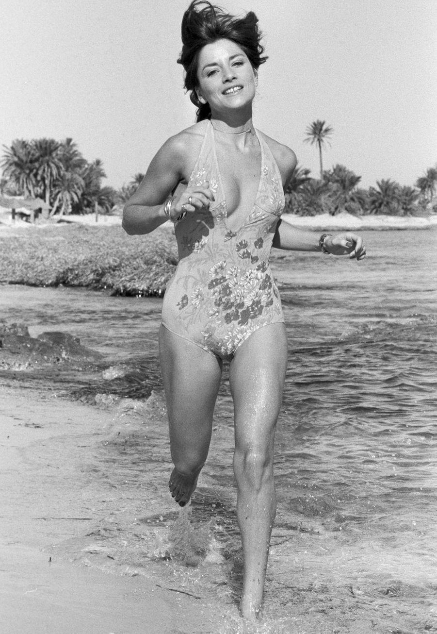 Tunisie, Djerba, 1978 : l'actrice Nicole Calfan profite de la plage de sable fin.
