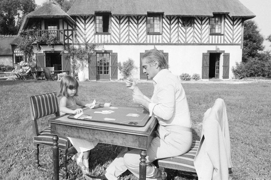 Deauville, 1979 : l'acteur Omar Sharif avec sa petite fille, dans une villa qu'il a louée.