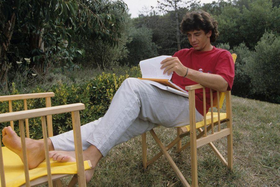 Saint-Tropez, 1990 : Patrick Bruel en vacances chez ses amis Jennifer et Daniel Hechter.